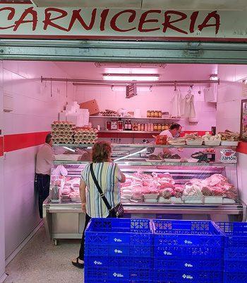 Dona productos cárnicos de la carnicería Nacho